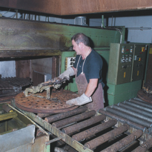 金型を回転式熱処理炉へ