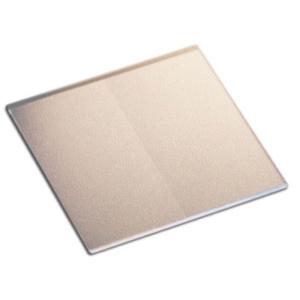 フレネルバイプリズムの表面は,下に白い紙を敷きブラックライトで照らすことで,写真のように識別できます。表面中心にプリズム頂角の線が現れます。
