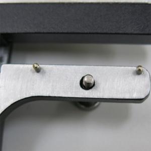 背面には,位置決めのピンが2本と固定のためのねじがあります。