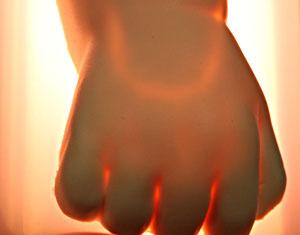 トランスイルミネータを裏面から照射すると血管が浮き出ます。トランスイルミネータを握った状態で穿刺できます。
